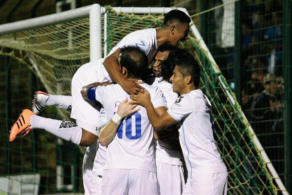 Los jugadores albos festejaron a lo grande el triunfo ante Petapa. (Foto Prensa Libre: Jesús Cuque).