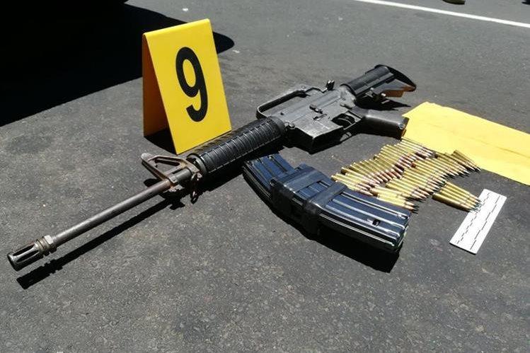 Uno de los fusiles utilizados en el ataque armado que dejó siete muertos en el Hospital Roosevelt. (Foto Prensa Libre: PNC)