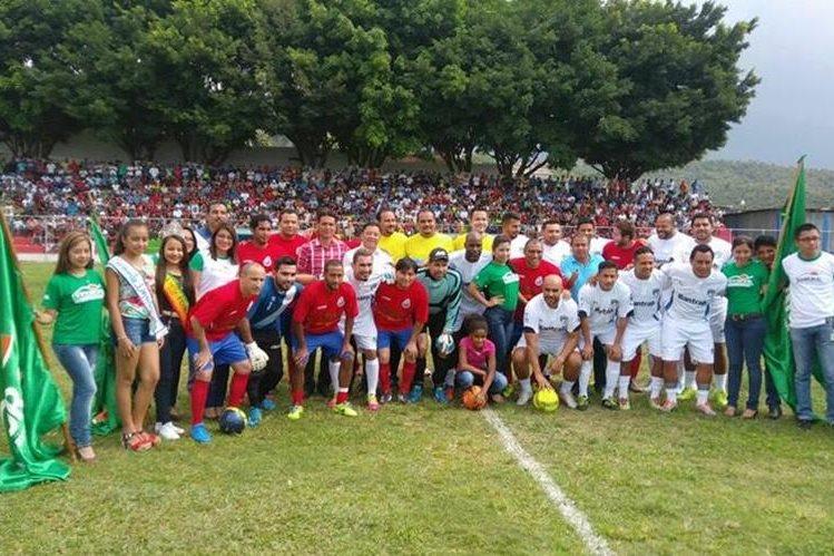 Los exjugadores de Municipal y Comunicaciones disputaron un juego de exhibición en el municipio de El Tumbador, San Marcos. (Foto Prensa Libre: Facebook Ronaldo Alves)