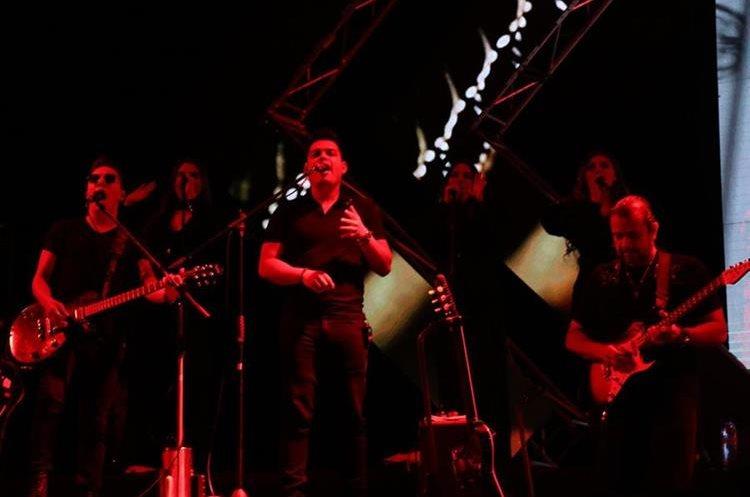 Los músicos entregaron todo en el escenario para deleite de los asistentes en el estadio Mario Camposeco. (Foto Prensa Libre: Raúl Juárez)