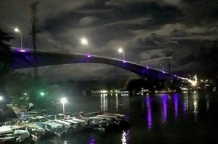 Estudiantes de la Universidad Rural aportaron el proyecto de iluminación en el puente. (Foto Prensa Libre: Dony Stewart)