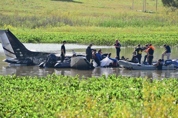 Rescatistas buscan a sobrevivientes de accidente de avión, (Foto Prensa Libre:AFP).