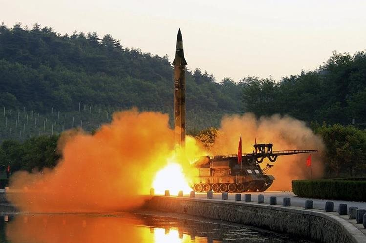 Prueba de EEUU se efectúa un día después de que Pionyang lanzó un misil (en la foto). (Foto Prensa Libre: EFE)