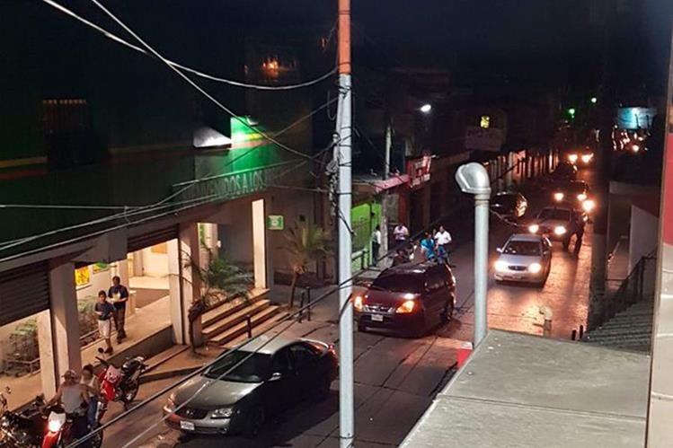 El alumbrado público volvió luego de la conexión ilegal que hizo un grupo de vecinos de Malacatán. (Foto Prensa Libre: Whitmer Barrera).