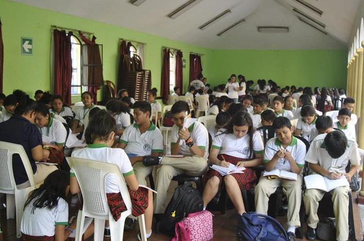 En estas condiciones jóvenes reciben clases desde hace dos meses.(Foto Prensa Libre: Carlos Paredes)