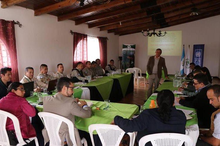Jueces, agentes de Diprona y de la PNC son capacitados por personal del INAB sobre la aplicación de la Ley Forestal. (Foto Prensa Libre: Hugo Oliva)