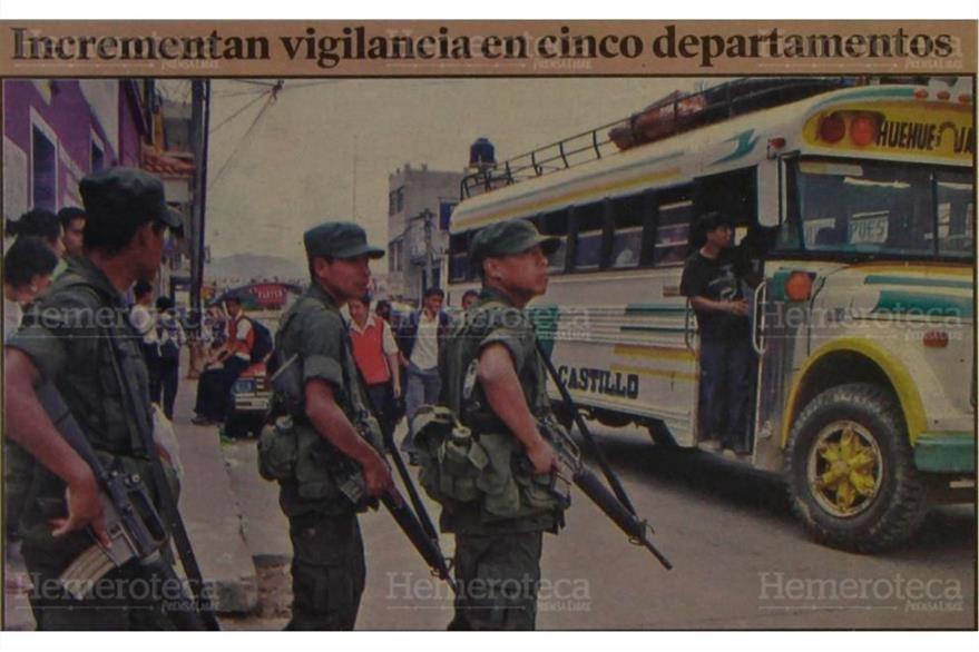 Soldados patrullan en la 8a. avenida y 6a. calle, zona 1 de Huehuetenango, 31/10/2006. (Foto: Hemeroteca PL)
