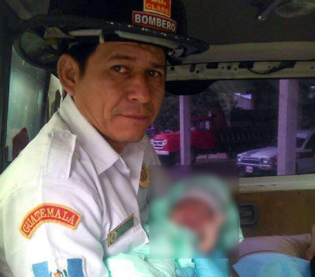 El bombero Yovani Ruiz atendió el parto en el microbús. (Foto Prensa Libre: Cortesía Bomberos Voluntarios)