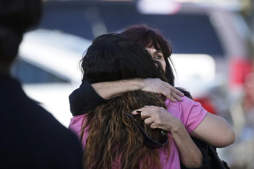Sobrevivientes de la masacre lloran en el lugar de la tragedia. (Foto Prensa Libre: AP).