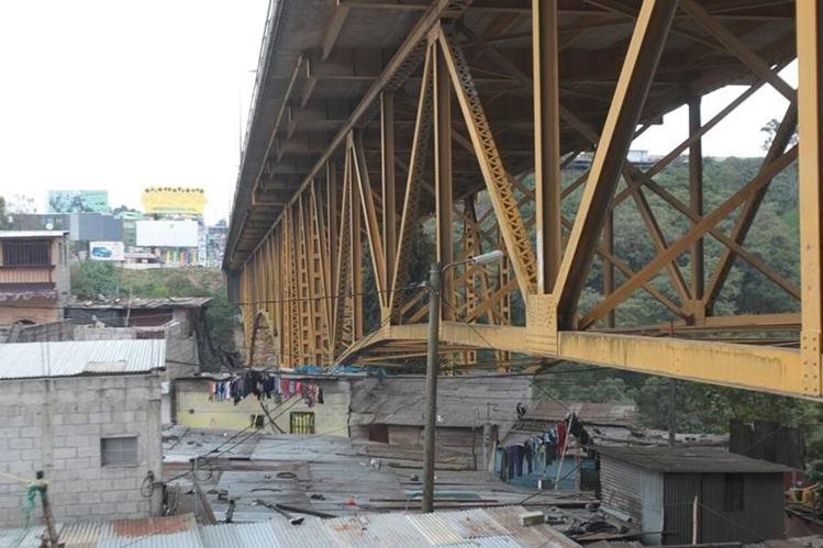 Familias del populoso asentamiento bajo el Puente Belice señalan los riesgos del mal estado de la estructura. (Foto Prensa Libre: Érick Ávila)