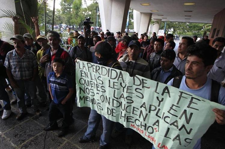 Empleados de la Usac toman la rectoría en demanda de mejores condiciones laborales. (Foto Prensa Libre: Edwin Bercián)