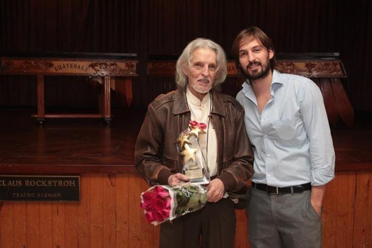 Richard Devaux, junto a su hijo Paul, en la entrega del Premio Artista del año 2015 (Foto: Hemeroteca PL).