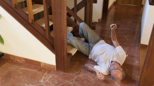Más de 420.000 personas mueren por caídas anualmente. (GETTY IMAGES)