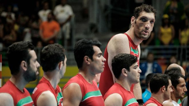 Mehrzadselakjani es el jugador de voleibol sentado y uno de los hombres más alto del mundo. (AFP)