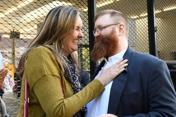 El ex jefe de la Policía Nacional de Guatemala, Erwin Sperisen, junto a su esposa luego de ser liberado de la prisión de Champ-Dollon, en Puplinge (Suiza) en septiembre de 2017. (Foto Prensa Libre: EFE)