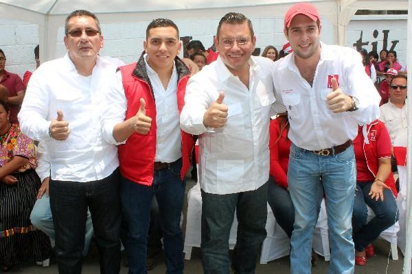 En la imagen Giordano, de chaleco rojo, posa junto al expresidenciable Manuel Baldizón y los diputados Roberto Villate y Marco Pineda. (Foto Prensa Libre: Hemeroteca PL)