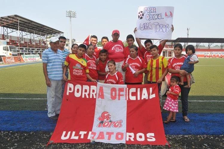 Un grupo de aficionados llegó al entrenamiento de Malacateco para apoyarlos en la semifinal del Clausura 2016 que juegan contra Suchitepéquez. (Foto Prensa Libre: Alexander Coyoy)