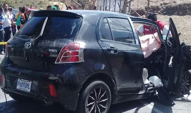 El piloto de este vehículo murió luego de colisionar contra un camión en ruta a las Verapaces. (Foto Prensa Libre: Cortesía Cruz Roja)