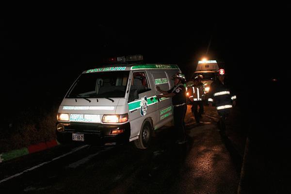 Socorristas localizaron   los cuerpos de dos   hombres que fueron arrastrados por una correntada en Patzún, Chimaltenango. (Foto Prensa Libre: José Rosales)