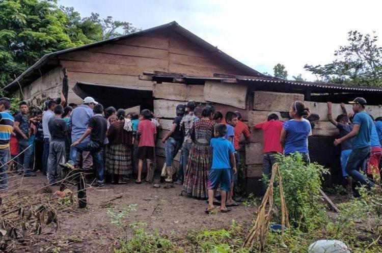Curiosos se acercan a la vivienda donde ocurrió el hecho. (Foto Prensa Libre: Rigoberto Escobar)