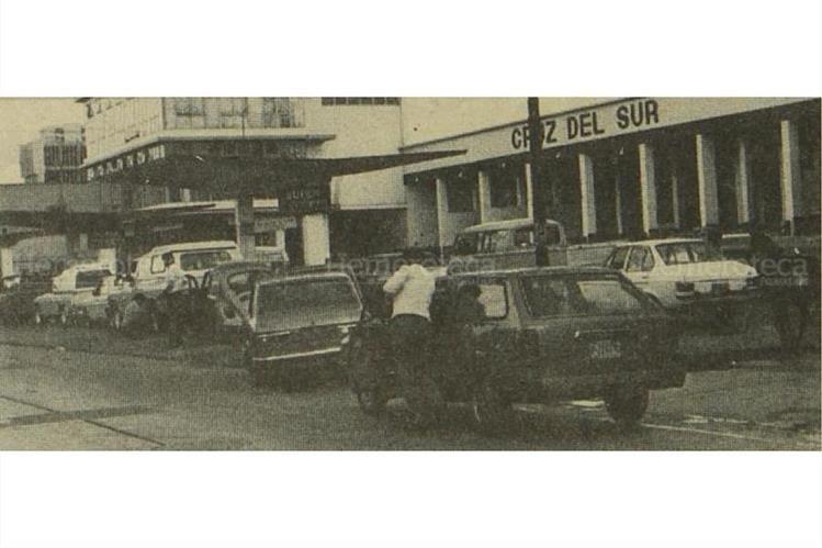 Un conductor empuja su vehículo, el cual quedó sin combustible por el racionamiento, en 1973. (Foto: Hemeroteca PL)
