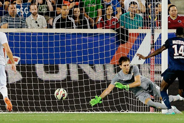 Blaise Matuidi (d) del Paris Saint-Germain anota ante la Fiorentina durante su partido amistoso de la Copa Internacional de Campeones en Harrison, New Jersey. (Foto Prensa Libre: EFE)