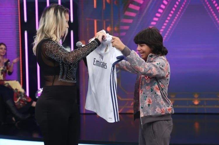 Katia Aveiro entrega una camisola autografiada por Cristiano a Rodriguinho.(Foto Prensa Libre: Captura de Pantalla Hora Do Faro)