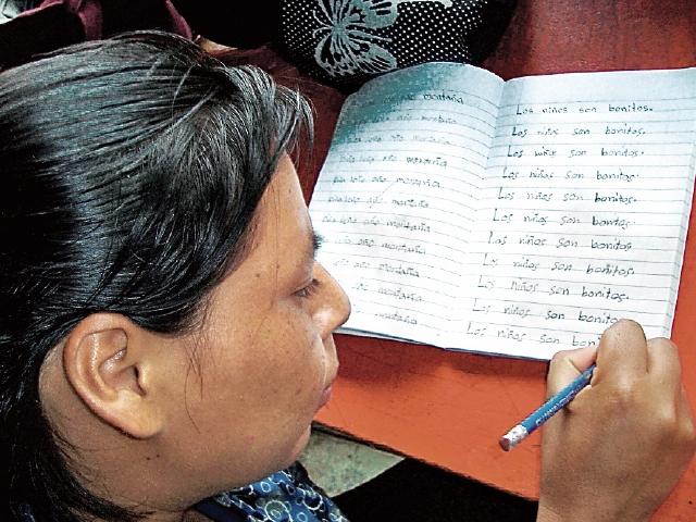Una mujer hace sus tareas en un centro de alfabetización de Huehuetenango. (Foto Prensa Libre: Mike Castillo).