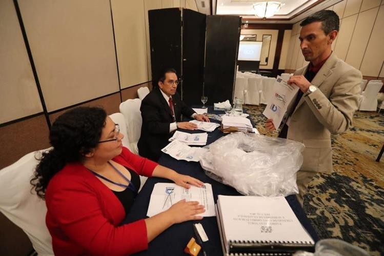 Contabilización de los votos para elegir planilla del Tribunal Electoral, con vista a conformar la Postuladora de contralor general. (Foto Prensa Libre: Óscar Rivas)