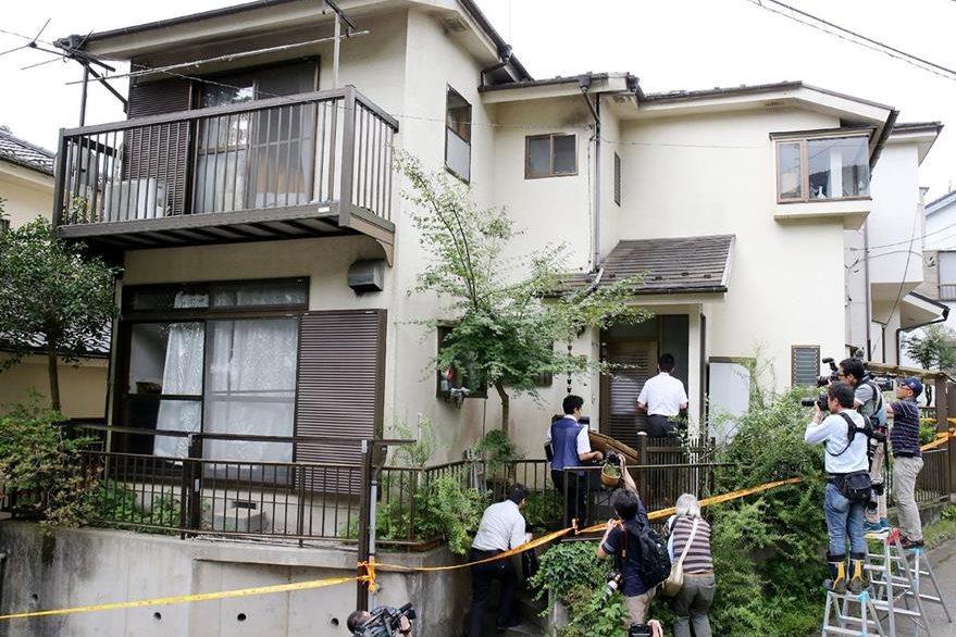 Autoridades policiales allanan la vivienda de Satoshi Uematsu, principal sospechoso de masacrar a 19 discapacitados en Japón.