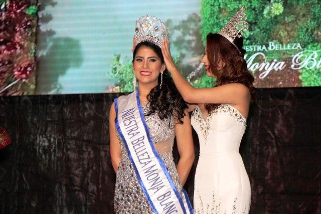 Glendy Maricela Vides Perdomo es investida como nueva Señorita Nuestra Belleza Monja Blanca. (Foto Prensa Libre: Eduardo Sam)