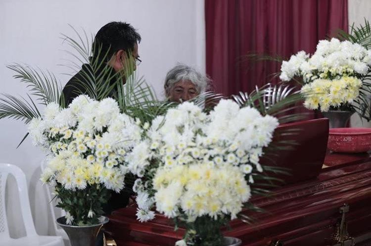 Velan el cuerpo de Elda María Meletz de Zarazúa, en El Tablón, Sololá. (Foto Prensa Libre: Juan Diego González)