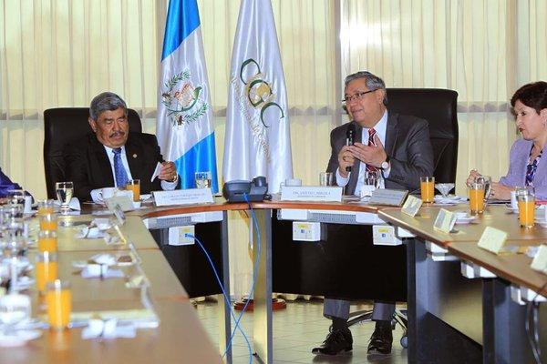 El vicepresidente -al centro- expone junto al contralor y la jefa del MP la subasta inversa para adquisiciones del Estado. (Foto Prensa Libre: Cortesía Vicepresidencia)