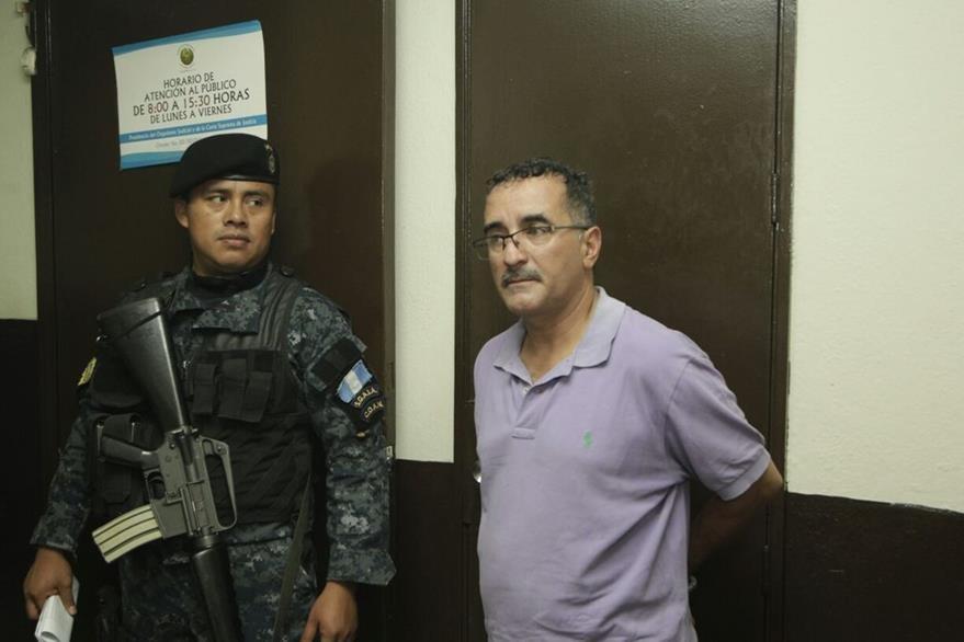 Édgar Hernández Regalado, exasistente del diputado Cristian Boussinot, ingresa a la Torre de Tribunales. (Foto Prensa Libre: Edwin Bercián)