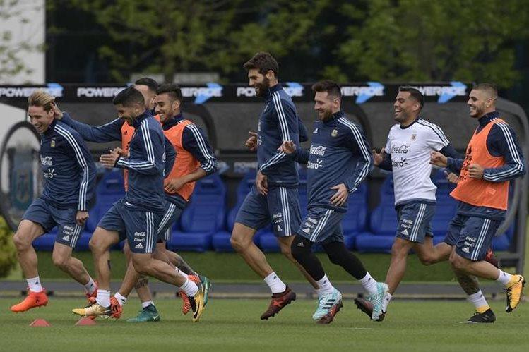 Los argentinos ya no tienen opción para dejar más puntos si quieren decir presente en el Mundial de Rusia 2018. (Foto Prensa Libre: AFP)