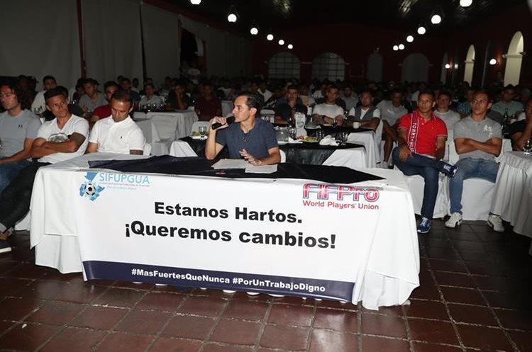 Carlos Figueroa fue quien dio a conocer la noticia del paro. (Foto Prensa Libre: Carlos Vicente)