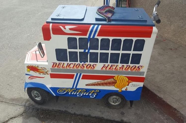 Un vendedor de helados decoró su carretilla como un autobús extraurbano.