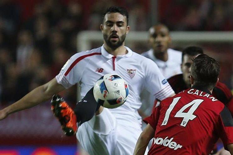 El centrocampista del Sevilla Vicente Iborra (i) gana el balón ante el defensa del Mirandés Ernesto Galán, durante el partido de ida de los cuartos de final de la Copa del Rey. (Foto Prensa Libre: EFE)