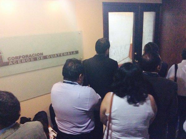 Abogados de la SAT notifican a Aceros de Guatemala sobre la intervención firmada por un juzgado. (Foto Prensa Libre: SAT)