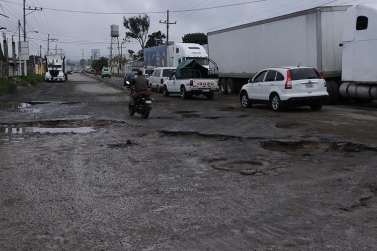 En la ruta antigua de El Tejar a Chimaltenango se formaron agujeros, debido a la falta de mantenimiento. (Foto Prensa Libre: Víctor Chamalé)