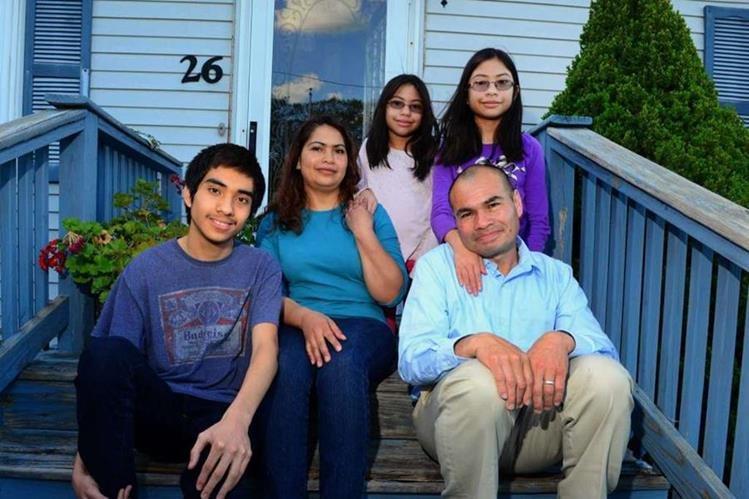 El guatemalteco Luis Barrios, junto a su esposa, Dora, y sus hijos Léster, de 16 años, y las gemelas Sindy y Gabriela, de 11, en su casa en Derby. (Christian Abraham / Hearst Connecticut Media)