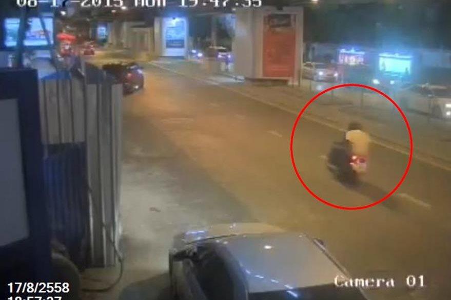 El sujeto que habría colocado la bomba cerca del templo budista, huye abordo de una motocicleta. (Foto Prensa Libre: AFP).