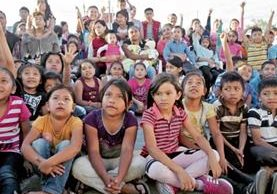 Decenas de niños que viven en el Amparo I y II, El Granizo y en los asentamientos aledaños, en la zona 7, siguen con atención las indicaciones de las hermanas Catalán, quienes cada año les llevan el calor y la alegría navideña.