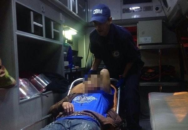 Los socorristas trasladaron a los heridos a un centro asistencial. (Foto Prensa Libre: CBM)