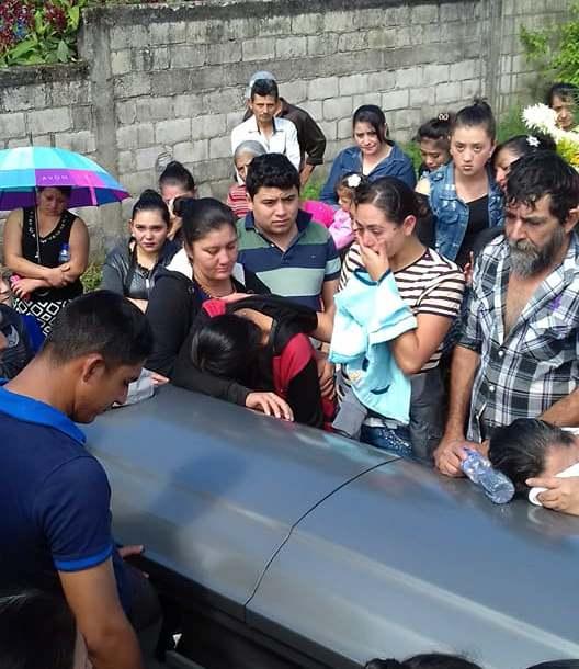 Familiares y amigos de Norma participan en la velación de sus restos en la que fue su casa en Cafetales. (Foto Prensa Libre: Mario Morales).