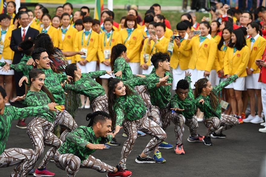 A los miembros del equipo olímpico de China los recibió este grupo de baile que hizo varias coreografías. (Foto Prensa Libre:AFP)