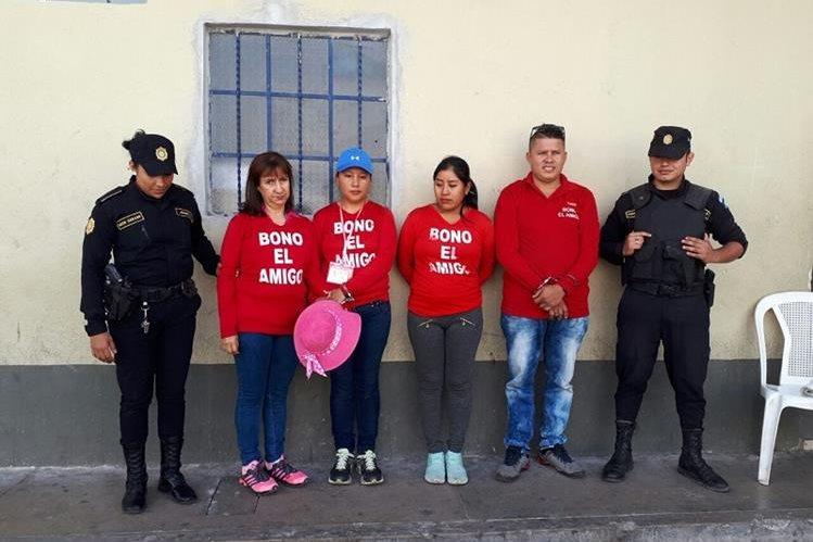 Los cuatro detenidos, dos guatemaltecas y una pareja de colombianos, permanecen en la sede de la Comisaría 22 de Jalapa. (Foto Prensa Libre: Hugo Oliva)