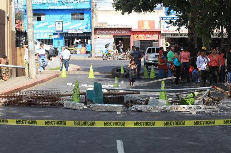 Vecinos de la colonia Eureka en la zona 21, han protestado contra la disposición municipal. (Foto Prensa Libre: Estuardo Paredes)