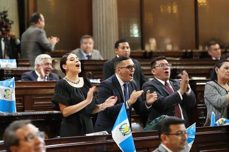 Patricia Sandoval, Manuel Giordano, Marcos Yax, tránsfugas, de la bancada oficial aplauden al ganar la planilla de Arzú hijo. (Foto Prensa Libre: Esbin García)