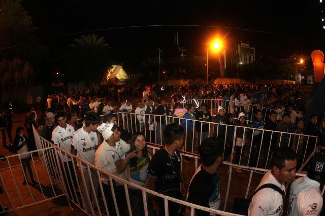 Las colas para el ingreso de los aficionados al estadio Mateo Flores fueron largas para ver el partido de ida de las semifinales. (Foto Prensa Libre: Norvin Mendoza)